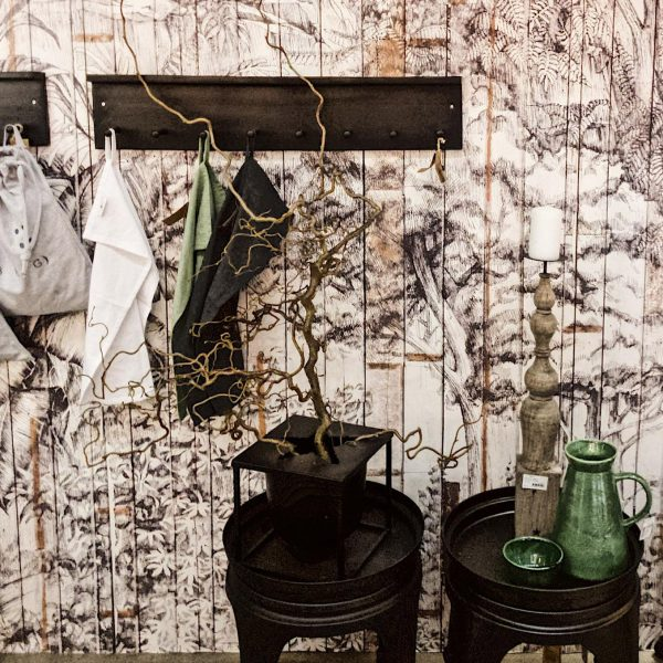 8 krokar & display hylla, väggmonterad, sandgjuten aluminium.